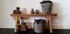 Oude grijze terracotta waterkruik