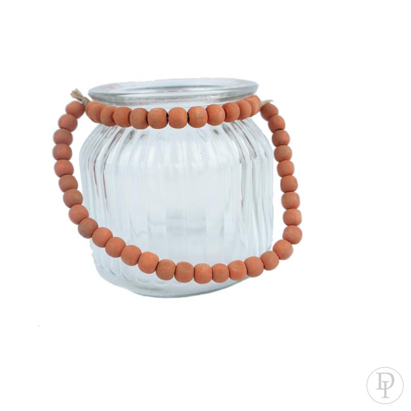 glazen potje met oranje ketting van houten kralen