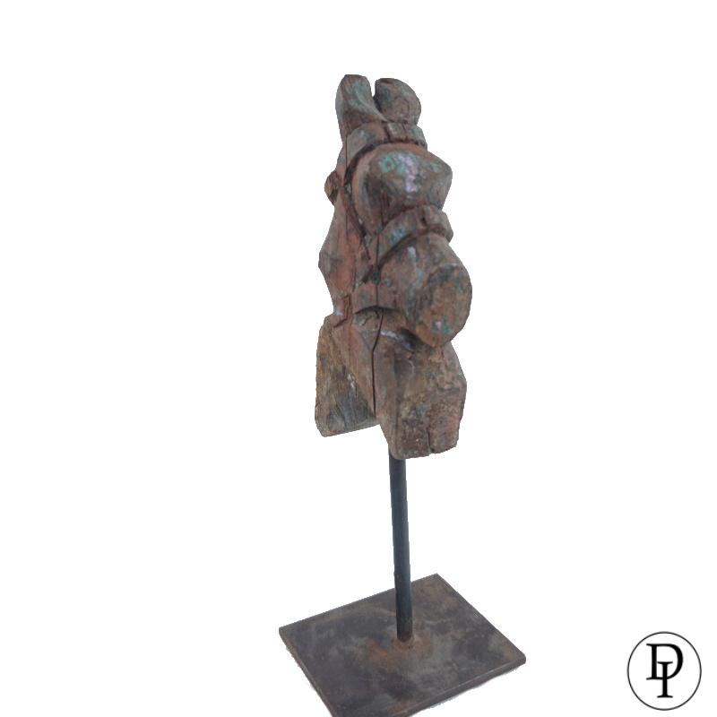 Antiek houten paardje op ijzeren standaard