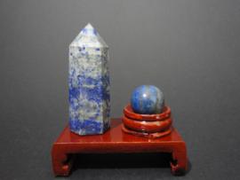 Lapis Lazuli oberlisk met bol op houten standaard