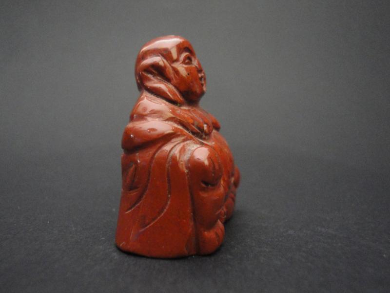 Edelsteen Boeddha in de edelsteen jaspis brecci deze heeft een marmerachtig roodbruin patroon