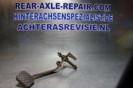 Koppelingspedaal met beugel van een Opel Kadett B, gebruikt.