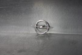 """Opel embleem """"logo Opel"""" voor o.a. kofferdeksel Ascona A."""
