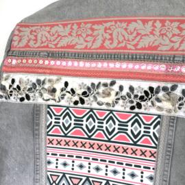 Versierd spijkerjasje Aztec stijl in licht grijs met roze