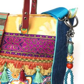 Ibiza handtas gekleurd met kwastjes en jeans