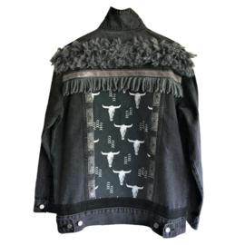 Versierd spijkerjasje zwart met stierenkoppen en franje