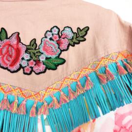 Roze versierd spijkerjasje boho western stijl met bloemen