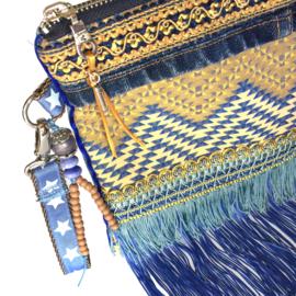 Boho clutch in blauw en oker geel met franje