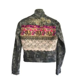 Versierd camouflage jasje met olifanten en ornament
