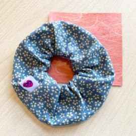 Scrunchie - lichtblauw met sakura bloesem