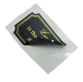 Kleine gouden sleuteltjes met zwarte tag en kwastje