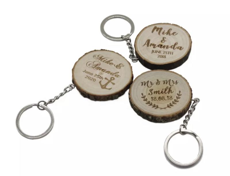 Houten sleutelhanger met namen en datum