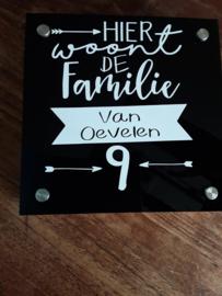 """Naambordje """""""" Hier woont de familie..."""" met huisnummer"""