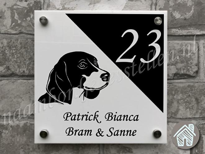 naambordje met een beagle