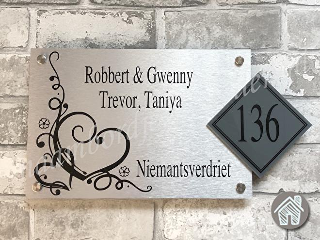 Naambordje sierlijk hartjes met huisnummer