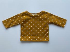 Tricot/stretch shirtje mosterd geel met ecru sterretjes.