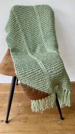 Gebreid woonplaid (oud)groen met franjes c.a. 150x60 cm