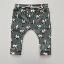 Tricot/stretch baby- peuterbroekje oud groen met witte olifantjes.