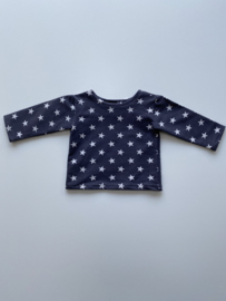 Tricot/stretch shirtje grijs met ecru sterretjes.