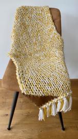 Gebreid woonplaid geel ecru gemêleerd met franjes c.a. 150x60 cm