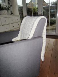 Gebreid woonplaid ecru gemêleerd met grove steek  125x60 cm