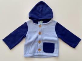 Fleece jasje lichtblauw met donkerblauwe mouwen en capuchon