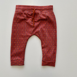 Tricot/stretch baby- peuterbroekje terra met streepjes en stipjes.