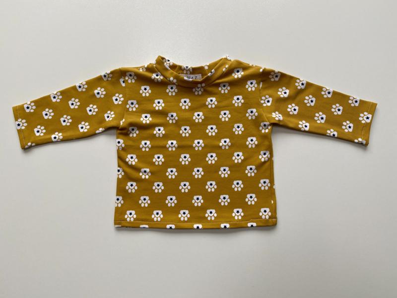 Shirtje Tricot/stretch mosterdgeel met pootafdrukjes
