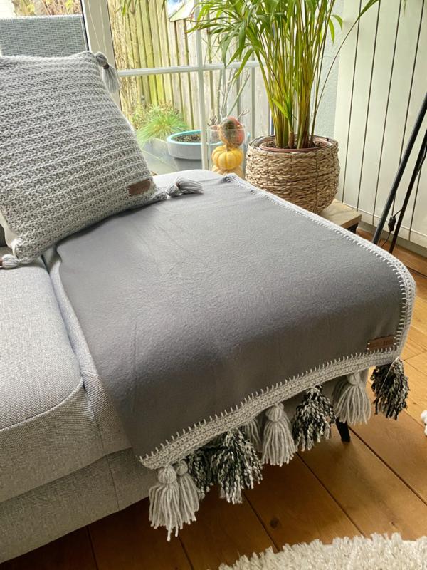 Fleece woonplaid grijs met gehaakte rand en franjes c.a. 70x170 cm