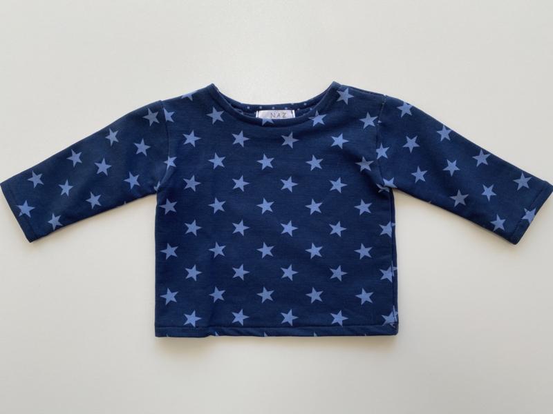 Tricot/stretch shirtje blauw met lichtblauwe sterretjes.