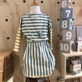 Uit eigen atelier • aqua gestreepte jurk met rechte hals (1 t/m 6 jaar)