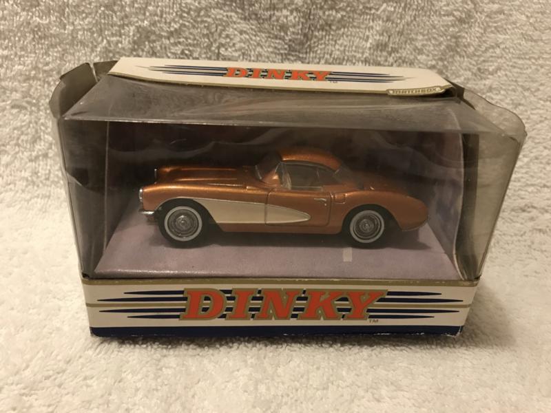 DY-23B 1956 Chevrolet Corvette goudkleurig
