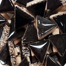 Geglazuurde keramiek driehoekjes 15 mm per 50 gram Zwart 001