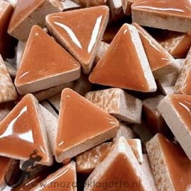 Geglazuurde keramiek driehoekjes 15 mm per 50 gram Lichtbruin 009