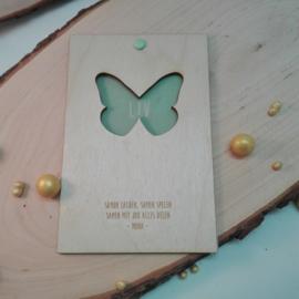 Houten geboortekaart met vlinder
