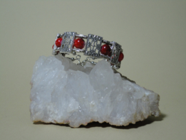 Armband van Tibetaans zilver met mooie rode kralen