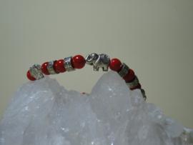 Armband van Tibetaans zilver met olifantjes en mooie rode kralen