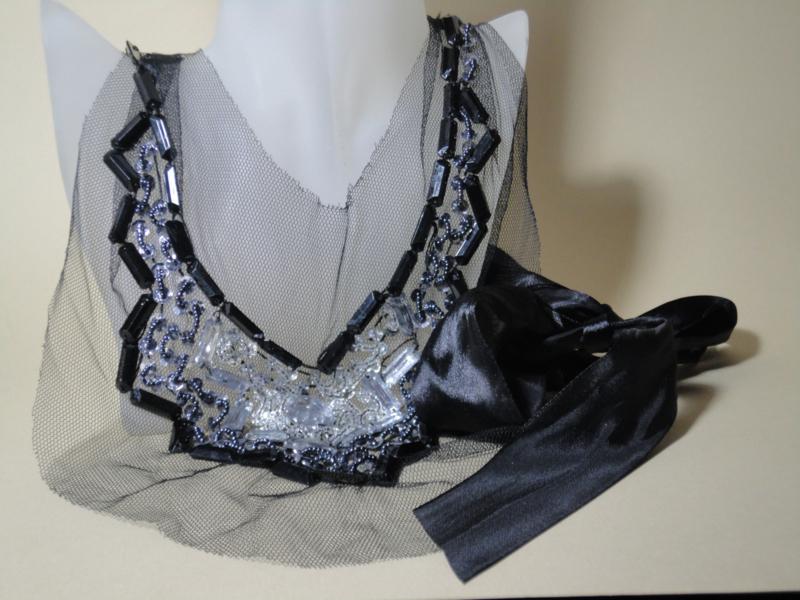 Prachtige zwarte tule ketting bewerkt met glaskralen, pailletten en strass