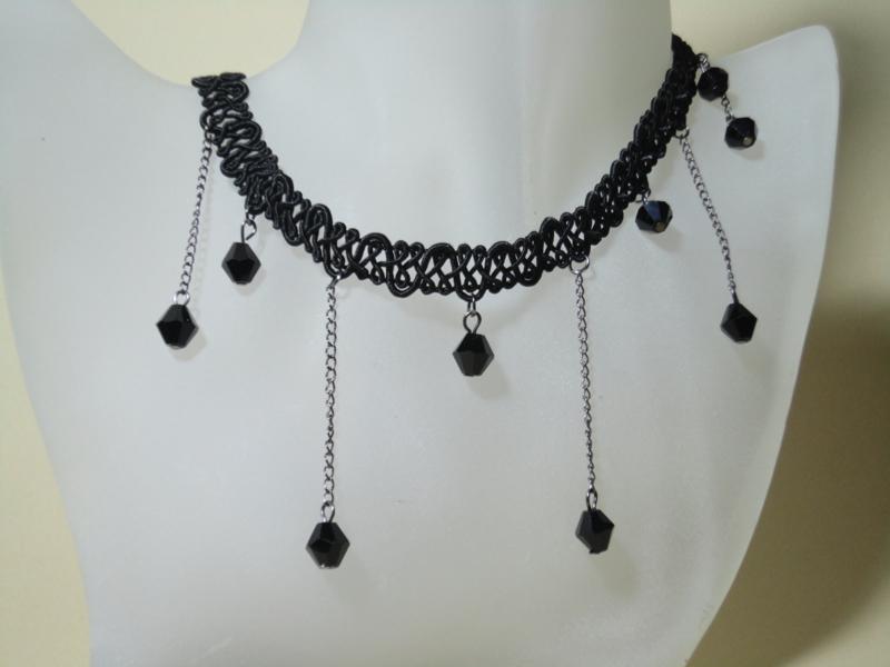 Zwarte Gothic halsketting van kant met kettinkjes en glaskralen