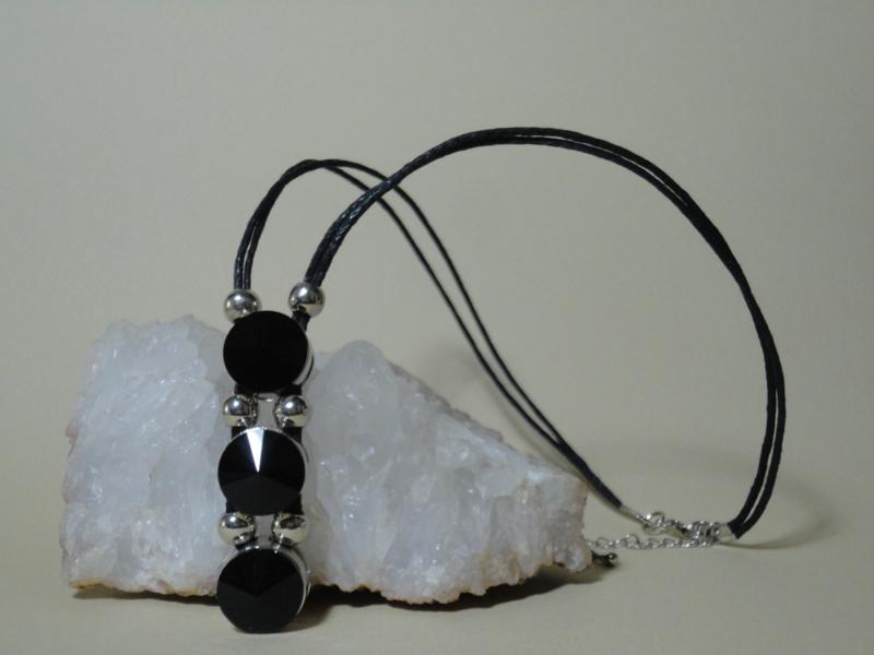 Halssieraad ketting met 3 grote zwarte kristallen