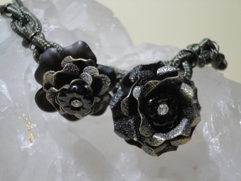 Fantasie ketting met rozen en kristallen