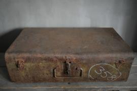 Oude metalen koffer