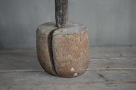 Oude grote stamper voor vijzel