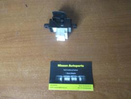 Raambedieningsschakelaar Nissan bijrijderskant / achter Nissan 25411-0V000 D22/ N16/ R20/ R50/ T30/ V10/ Y61 gebruikt