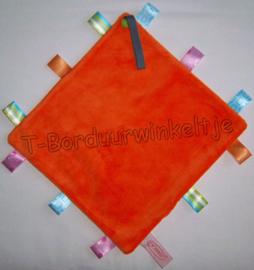 Labeldoekje oranje met speenlus geborduurd met naam