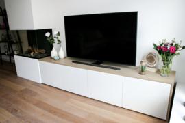 Televisiemeubel met eikenhouten ombouw