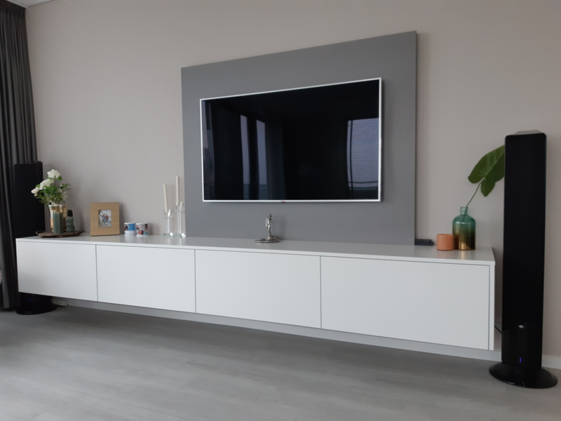 Zwevend televisiemeubel met grijze achterwand