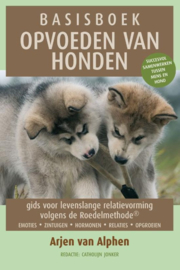 Basisboek opvoeden van honden gids voor levenslange relatievorming volgens de roedelmethode , Arjen van Alphen