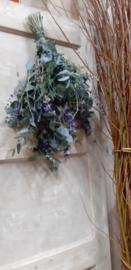 Blauwe toef met droogbloemen