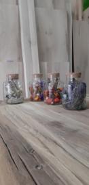 Blauwe droogbloemen in glas